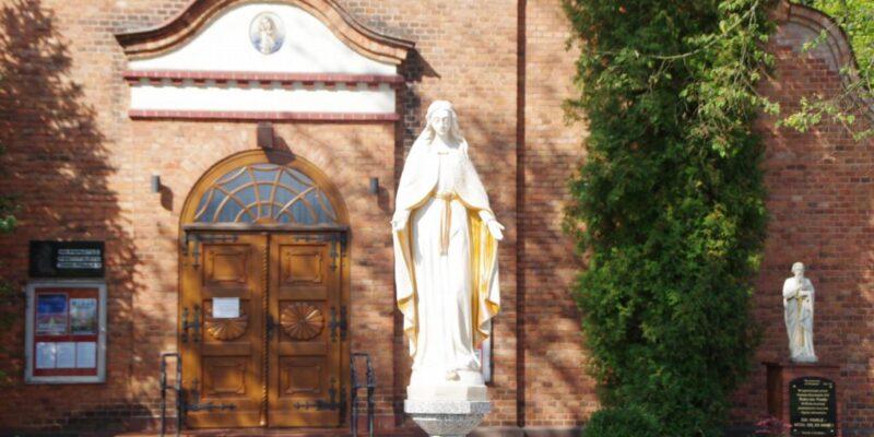 Figura Matki Boskiej na nowej przestrzeni publicznej w Miotku