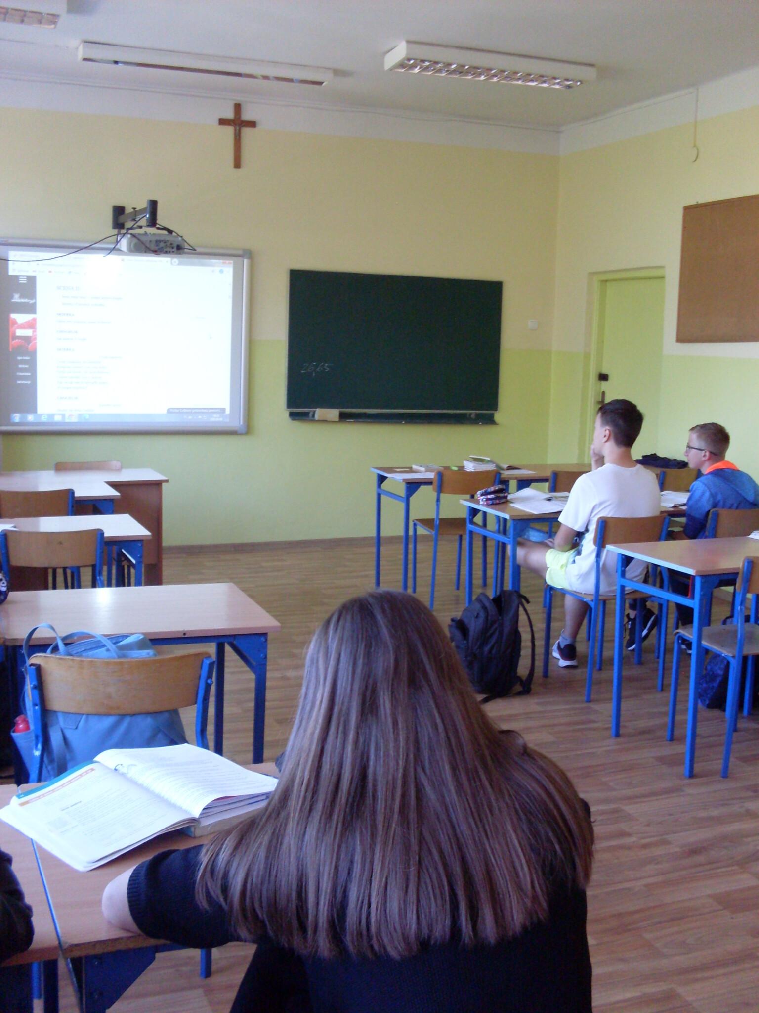 Klasa czytająca Balladynę na lekcji
