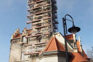 Remont wieży pałacu w Nakle Śl.