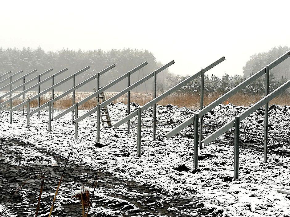 widok terenu z konstrukcja metalową w ziemi pod panele fotowoltaiczne