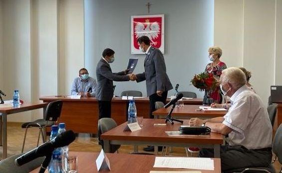 wręczenie gratulacji komendantowi komisariatu policji w Kaletach Tomaszowi Olczykowi